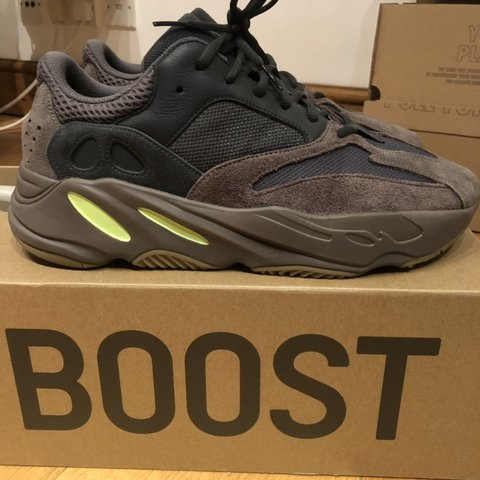 93b8ee597 Yeezy 700 Mauve. UK11 9 10 Deadstock insoles Under retail - Depop