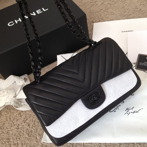 4c6ad1f5b9b223 @al230. 2 years ago. Écosse, Royaume-Uni. Chanel So Black Chevron medium flap  bag ...