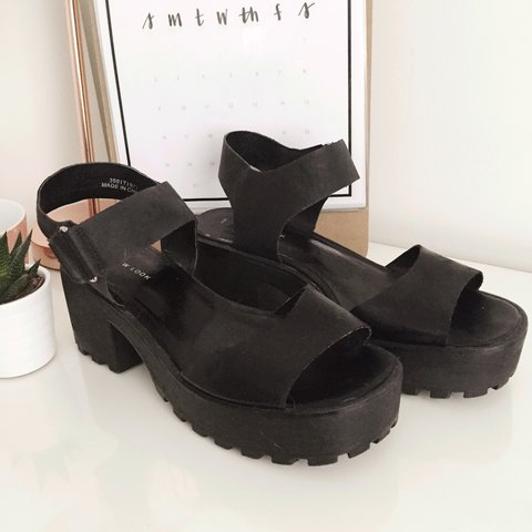 ddde49d46ae8 New Look Black Chunky 90s Grunge Style Cleated Sole Ankle 6. - Depop