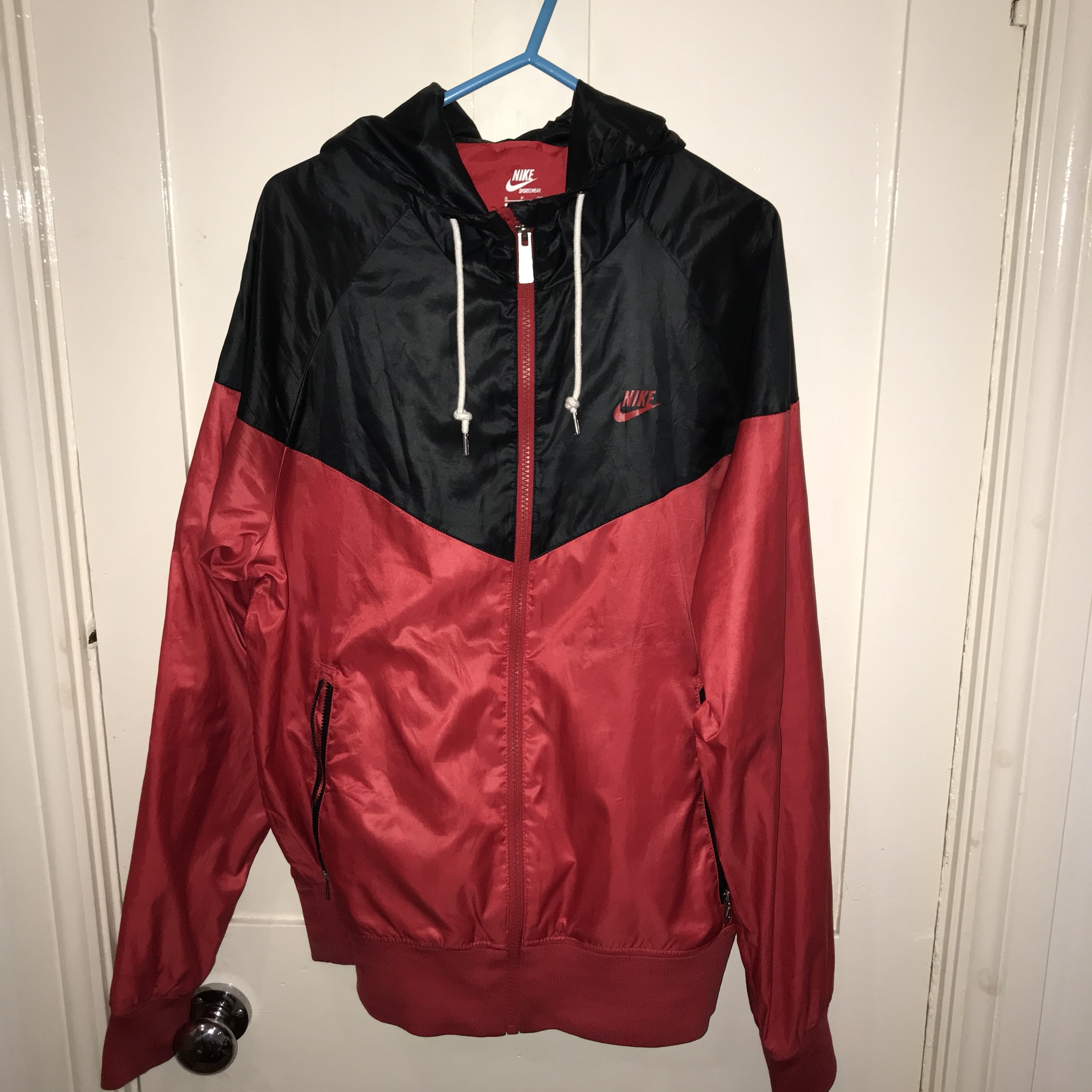 tonto Frustrante Impulso  Nike windrunner jacket in black and red size small.... - Depop