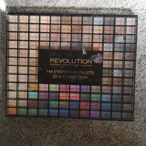 Makeup Revolution eyeshadow palette. Usage- 0