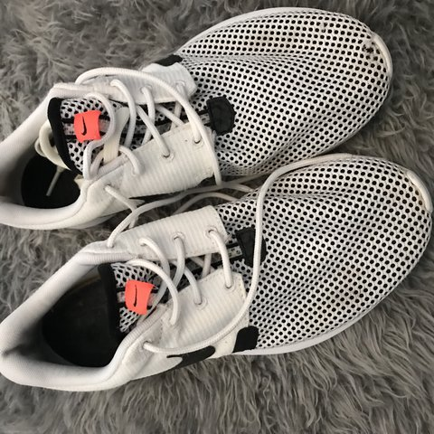 0cd7b5b530fa8 Nike rosche trainers. Size 6. Small hole at front of one be - Depop