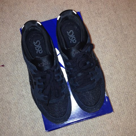 b20892dfbaf3 Asics gel lyte V black   black size UK 6 worn a few times - Depop