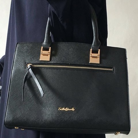 cd915c343cc7  bagsofelegance . 3 years ago. United Kingdom. If you are a fan of   oversized  handbags then this beauty ...