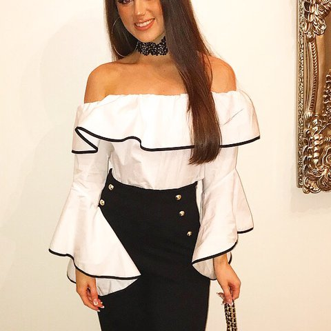 36b64f41d5a31 Zara off shoulder white blouse with black lining. Size XS