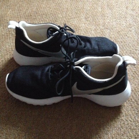 9df10648e2d8 NIKE ROSHE RUNS. GOOD CONDITION. SIZE 5.5. IM A 6 AND FIT. - Depop