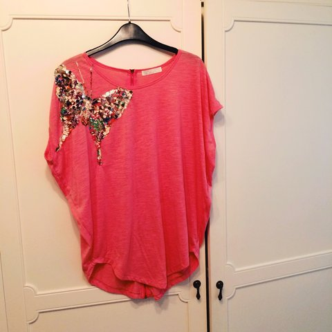 b2eab0d642f Lovely pink loose fitting butterfly sequin top with zip back - Depop
