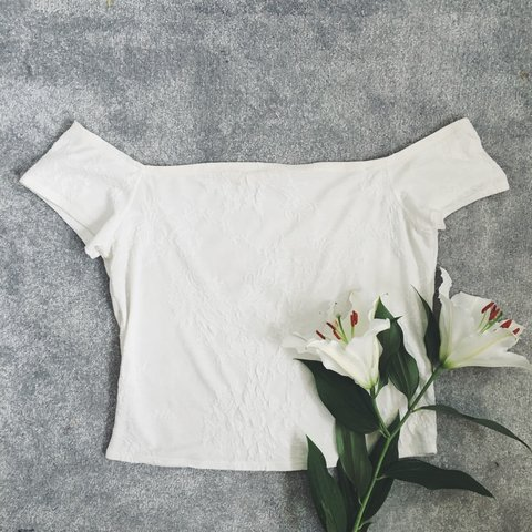 d24ae0124225a5 Gorgeous white vintage flower pattern Bardot off the top. a - Depop