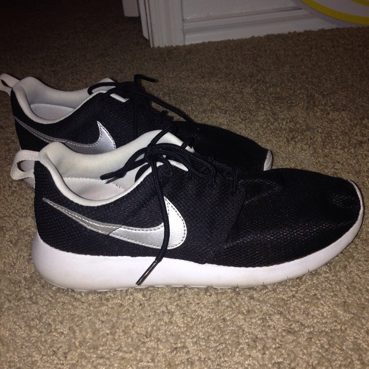 a6779a5b5de320 Nike Roshes women s size 9. A little dirt on the bottom but - Depop