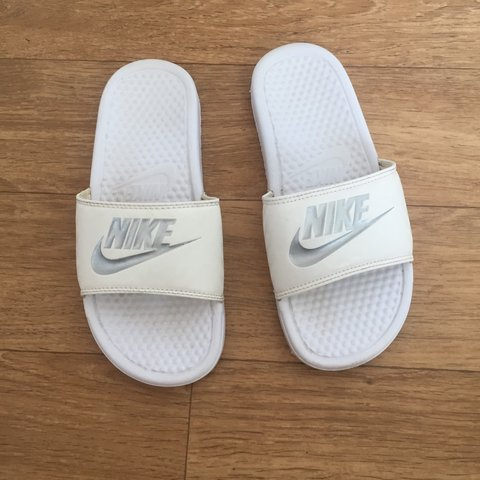 low cost e95ef 1d531  amzr73. 2 days ago. United Kingdom. Size 4.5 Nike white silver sliders.