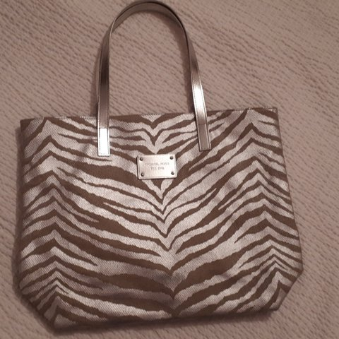 7868ce1e545486 @veronaj_42. 7 days ago. Stoke-on-Trent, GB. MICHAEL KORS Silver Zebra  Print Canvas Tote Bag
