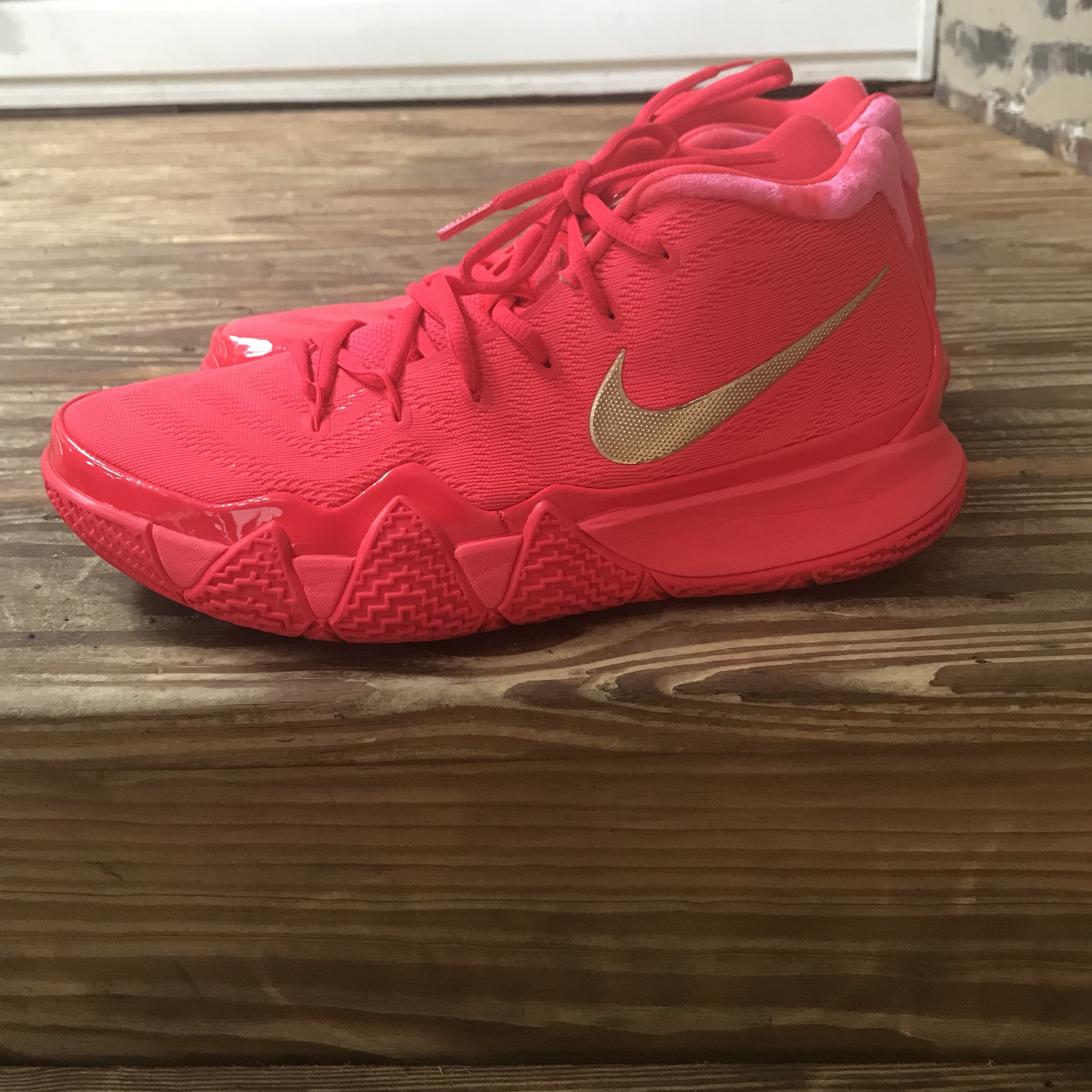 the latest ffb3f e5e36 Nike Kyrie Irving 4 Red Carpet Gold Metallic shoes!... - Depop