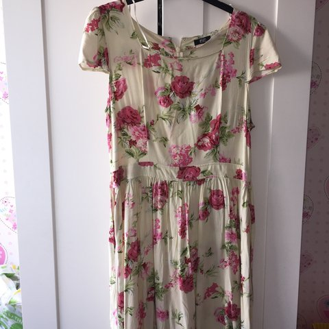 70ba76596f435 Tesco Florence and Fred floral summer dress with square cut - Depop