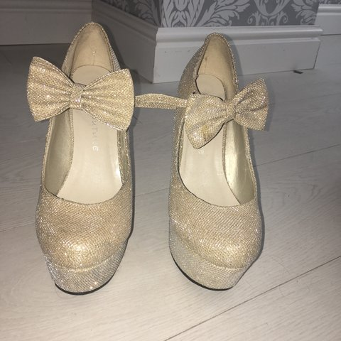 c7407704379 Women s size 5 gold sparkly heels 👠 only worn once for a of - Depop