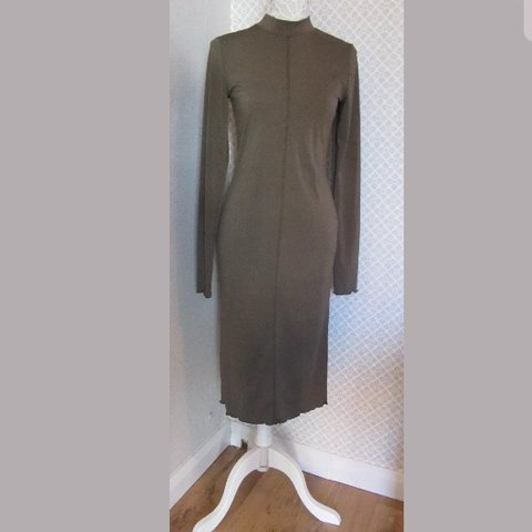 2c5e5b596 Gorgeous Khaki midi crepe dress by H&M. Long sleeves and and - Depop