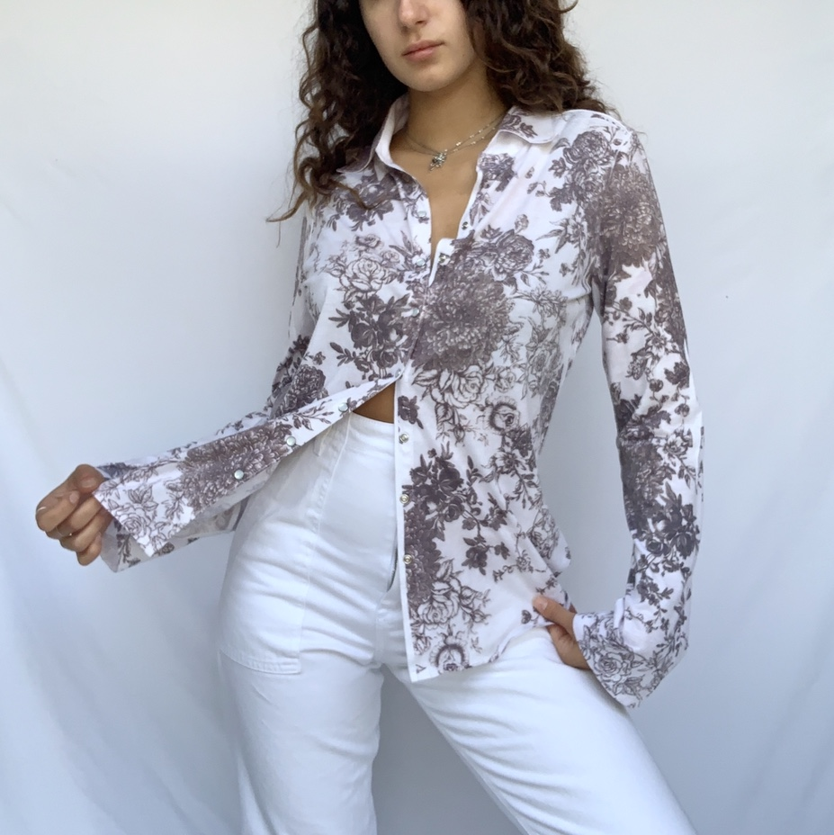 Beautiful floral button down! This is a super lightweight