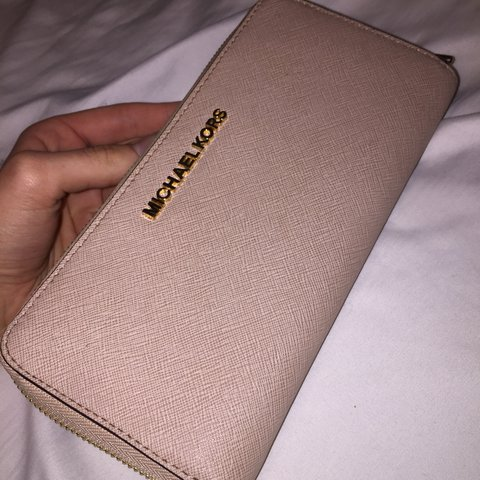 aa6aaf698c8b20 @tabitchaaa. last year. Naugatuck, United States. MICHAEL KORS WALLET 🍂 -  Used - 9/10 Great condition