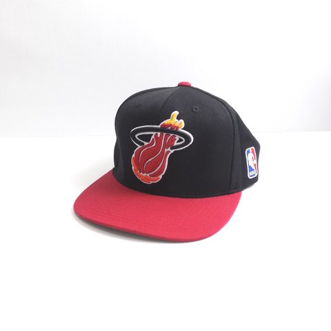 32a14978f3104 Classic Miami Heat Snapback by  Mitchell   Ness . Unworn and - Depop