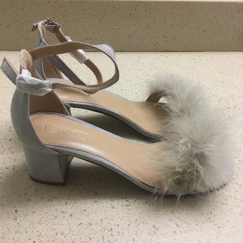 8b29a5c58cce Gray fluffy Yoki Forever 21 heels size 8.5 (fits like a size - Depop