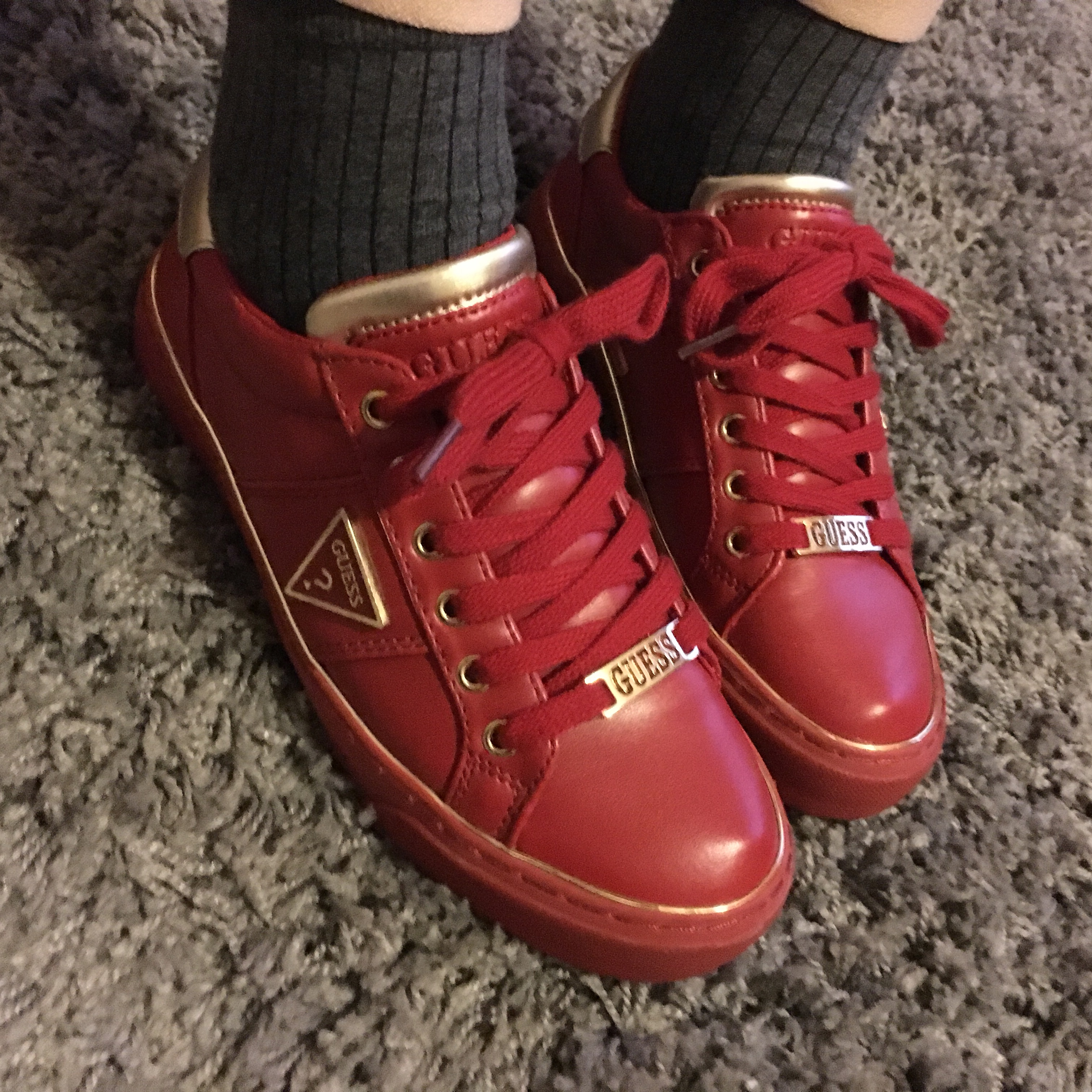🎈RED AND GOLD DETAILING GUESS TRAINERS