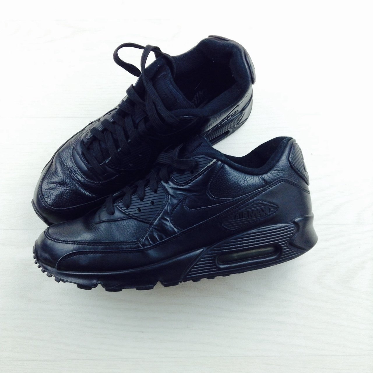 9911f8fa99e2f Men s black leather air max 90 in good condition authentic - Depop