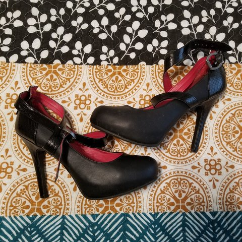 ce79fe4fce0 Cute Black Pumps With A Red Lining On The Inside. Has Some - Depop
