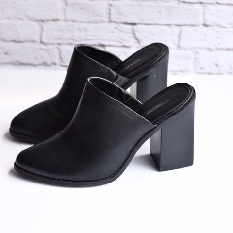 6c2a1dbe96b FOREVER 21 faux leather block-heeled Mules. Size 7. Never a - Depop