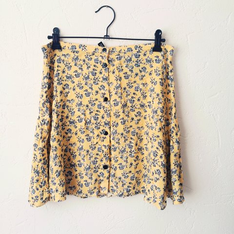 278e0a746128 H&M Yellow and black flower patterned skirt. Button up at so - Depop