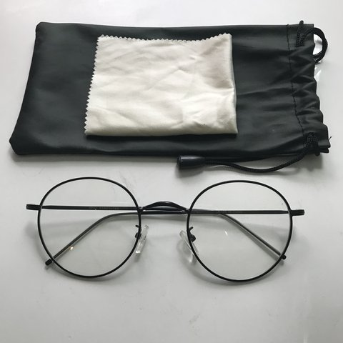 829fe4f3a9 Super cute black wire frame circle glasses with clear on in - Depop