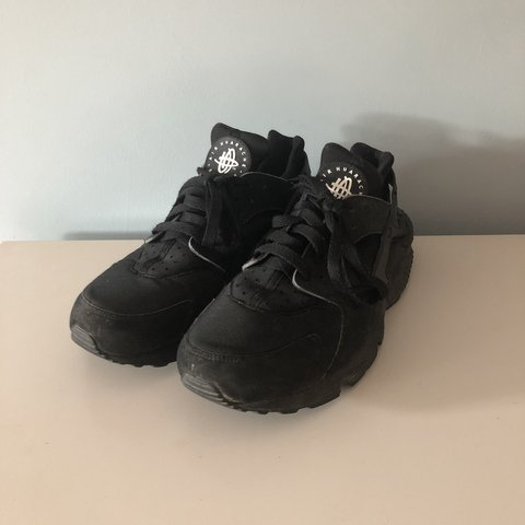 6bf1627009d3 Nike Huarache triple black UK size 8 EU 42 fit like a of - Depop
