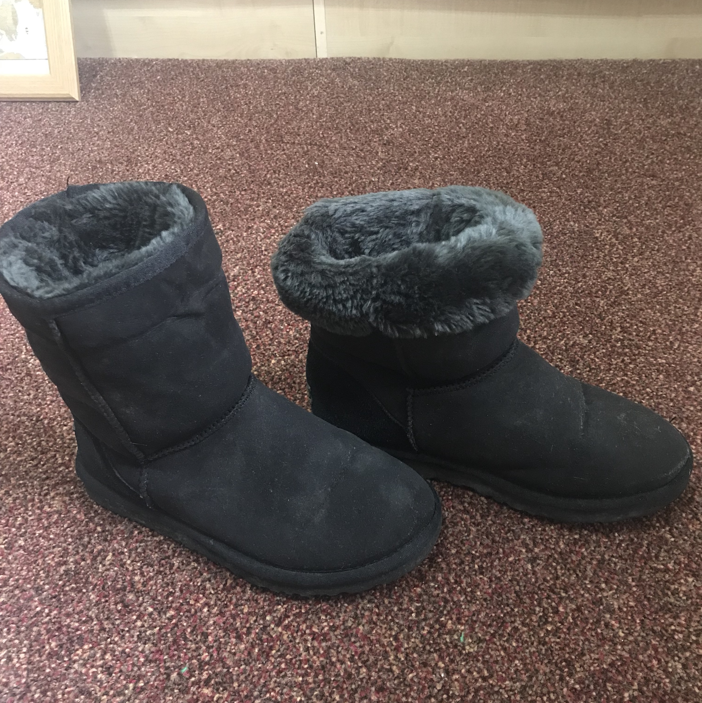 Used ugg boots size 'W6' but too small
