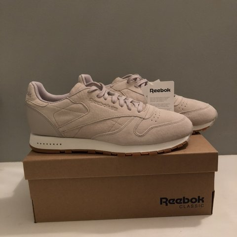 293a5ab2b9292 Reebok classic leather sg Sand stone and chalk gum Size - Depop