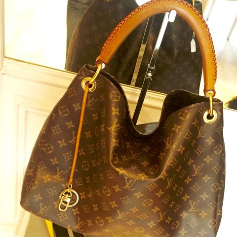 fe36a8b68367 Louis Vuitton  Artsy GM In pelle Monogram Dimensioni  cm - Depop