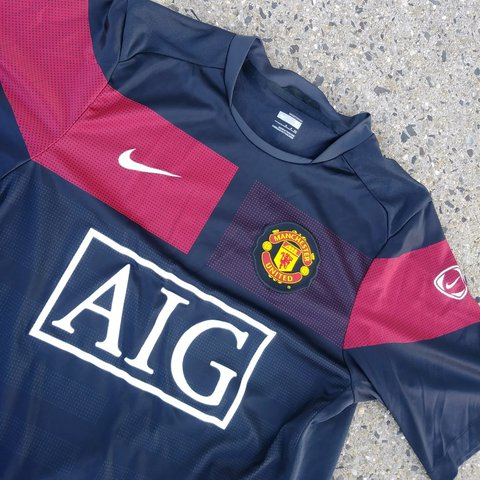 4b4ba1dd39e MANCHESTER UNITED FOOTBALL JERSEY BY NIKE MENS SMALL IN GOOD - Depop