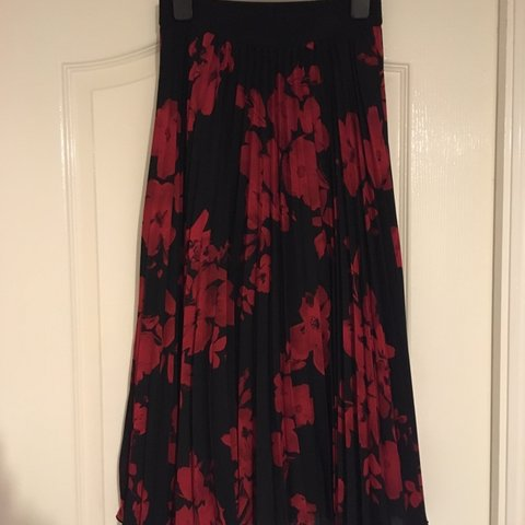 daee51e734 @alisondi. 6 months ago. United Kingdom. H&M ladies pleated skirt black  with red flowers