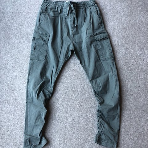 9e03040ec6 Pull and Bear cargo pants Green Tapered and slim - Depop