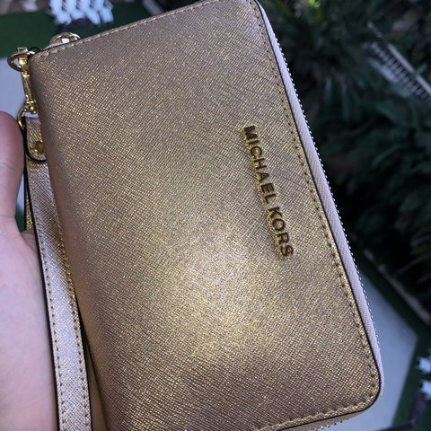 a02d548e7d6c64 @ginarechul. 3 months ago. Los Angeles, United States. Michael Kors  Wristlet Wallet Gold NEW Only used twice