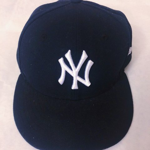 6a3e7848e76e2 New Era New York Yankees Fitted Hat Size  7 1 8 Worn a US - Depop