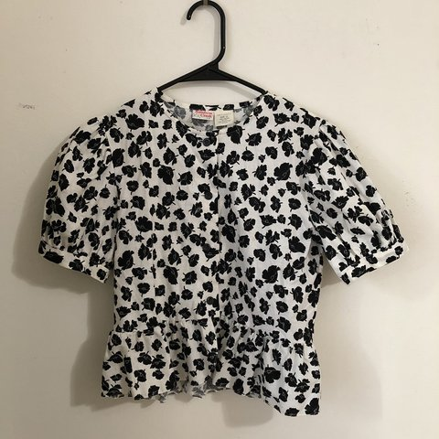 a4a29cac610 Cute black and white floral peplum blouse Size  vintage - Depop