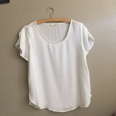 61c71958 ~White flowy blouse top~ This top is perfect for a style it - Depop