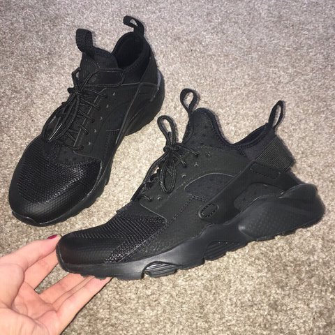 fbf84c85827be BRAND NEW BLACK NIKE AIR HUARACHES/ Size 4/ only been worn - Depop