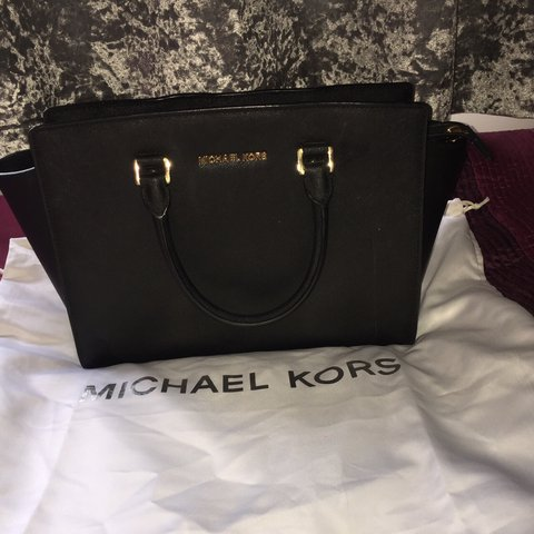 97ab17b3115a Selling my Michael Kors bag. Good condition. Just doesn t - Depop