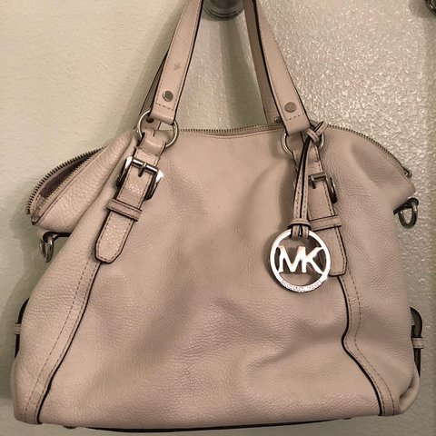 b23d2ec4e923 @twiggs98. last year. Indio, United States. Michael Kors purse! Very cute  ...