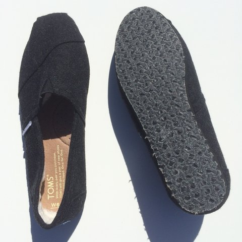 54cfaf4d8a5  annabanana931. 3 months ago. United States. Brand  Toms Classic wooly  fleece-lined slip on ...