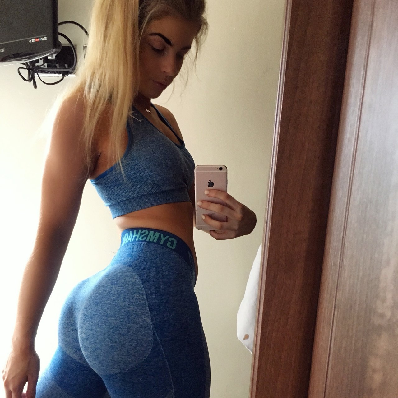 529333d4d3f76 Set from gymshark Size small sports bra Size small gym - Depop