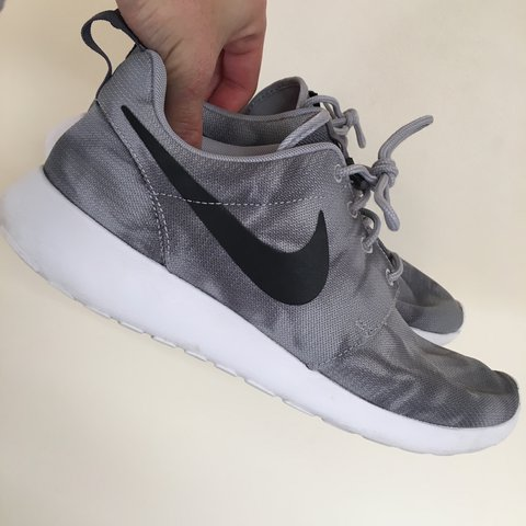 b5c1d7d77eafc Nike roshe run wolf grey print limited edition men s UK size - Depop