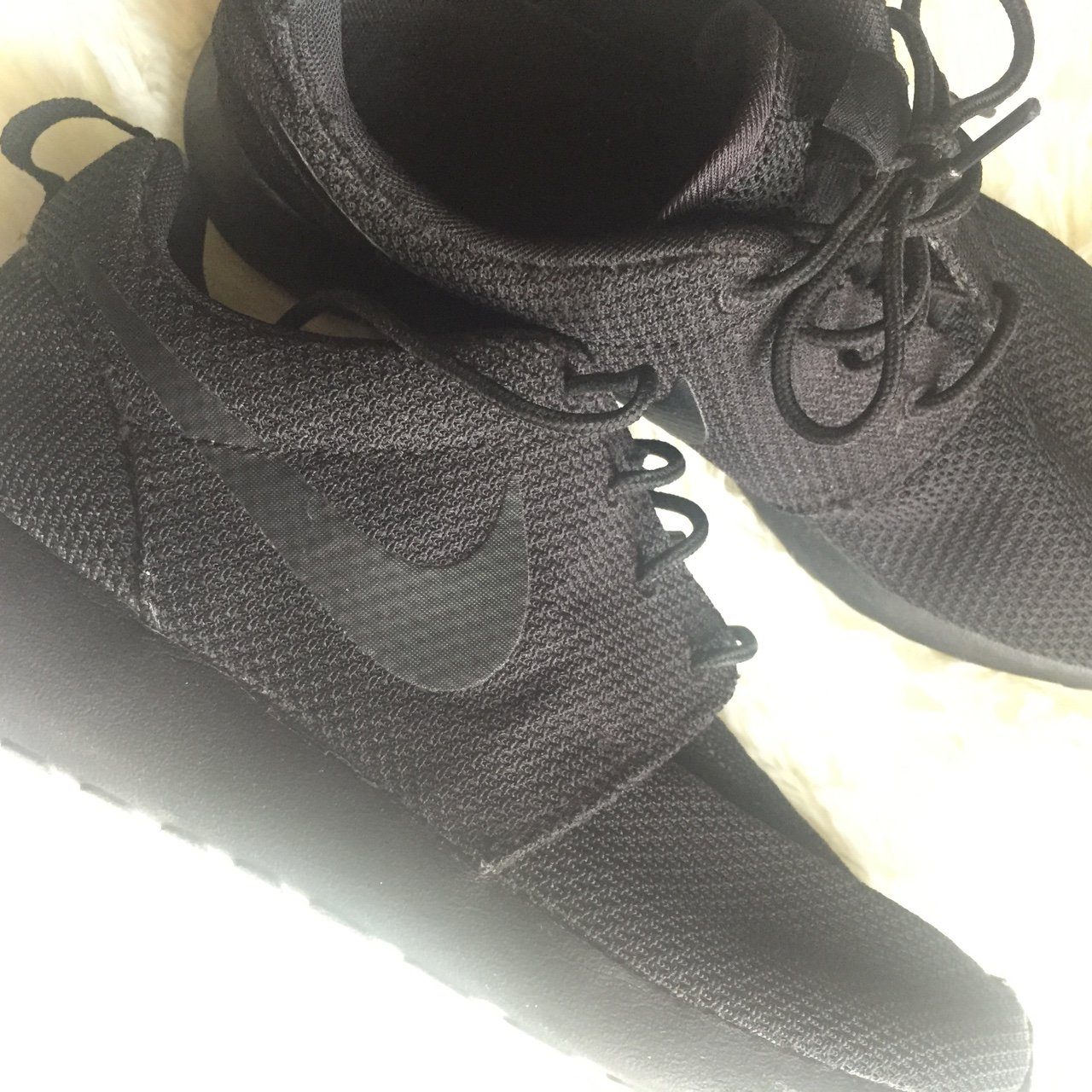 3040a9e9be9a3 All black nike roshe run Size 7.5 in men s wear There s. in - Depop