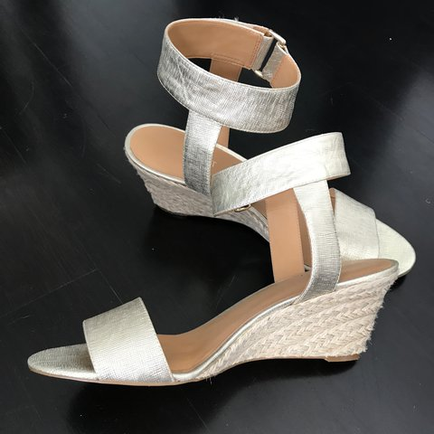 86a1964d2df Nine West stylish jute wedge shoes in gold tone featuring a - Depop