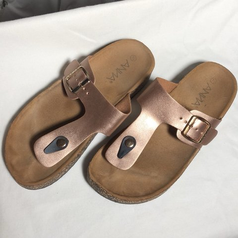 87ab3633da58 Rose Gold Thong Sandals Size 8 Condition  8 10 - Depop