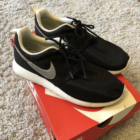 720a1a75e883c NIKE ROSHE RUN   SIZE 6Y (7 women s) Good condition